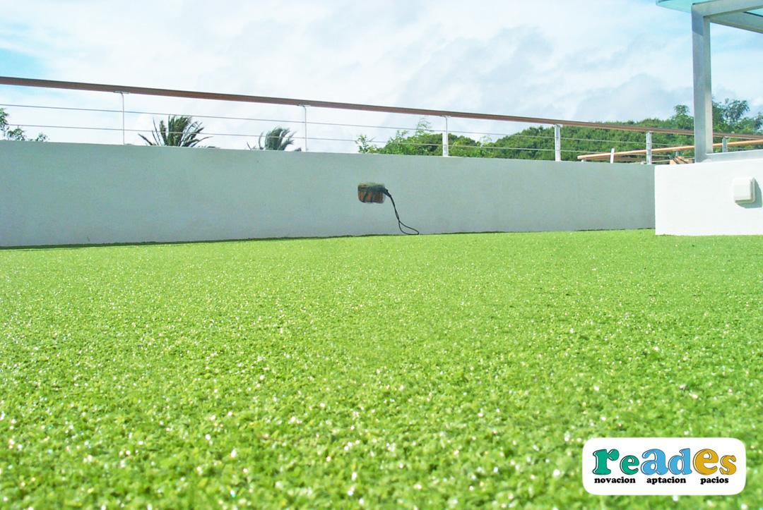 C sped artificial en terraza de vivenda reades - Cesped artificial terraza ...